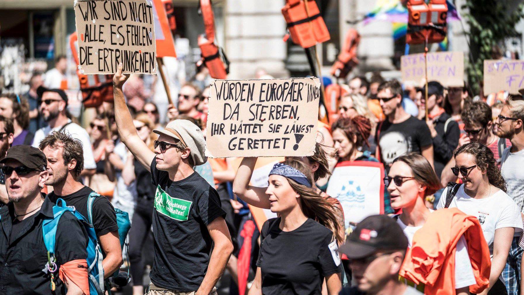 Demonstranten in Berlin während einer Seebrücken-Protestaktion