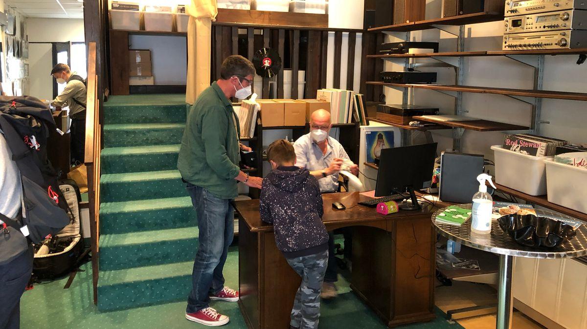 """Kunden stöbern und kaufen letzte Schallplatten in Ansbach Plattenladen """"vinyl & more"""""""