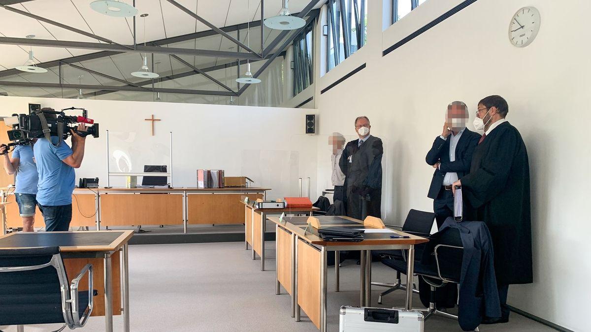 Die beiden Angeklagten mit ihren Verteidigern im Gerichtssaal am Amtsgericht Starnberg.