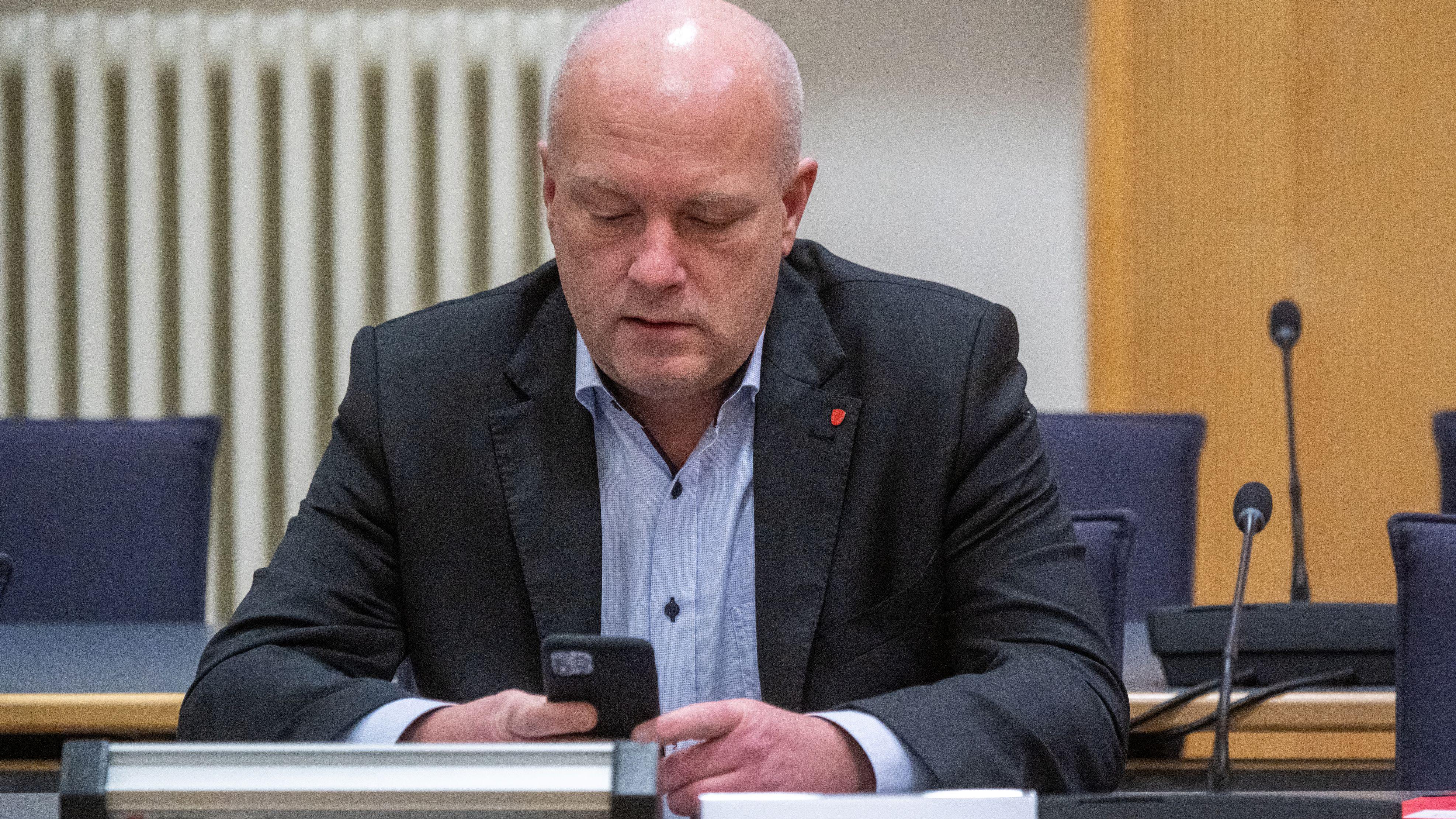 Joachim Wolbergs sitzt im Verhandlungssaal im Landgericht.