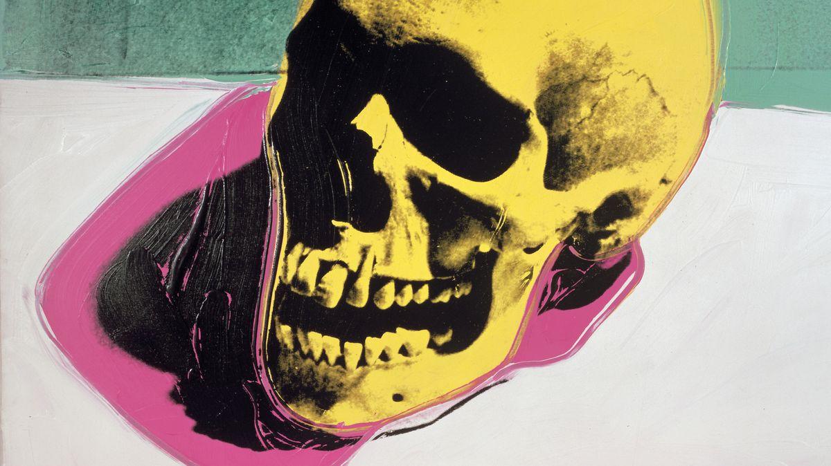 Gelber Totenkopf mit pinkem Schatten aus einem Tisch