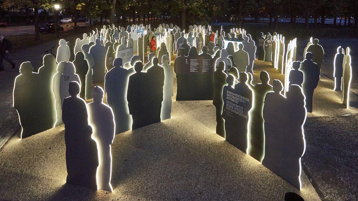 Der neue Erinnerungsort für die Opfer des Oktoberfest-Attentats an der Theresienwiese bei Nacht