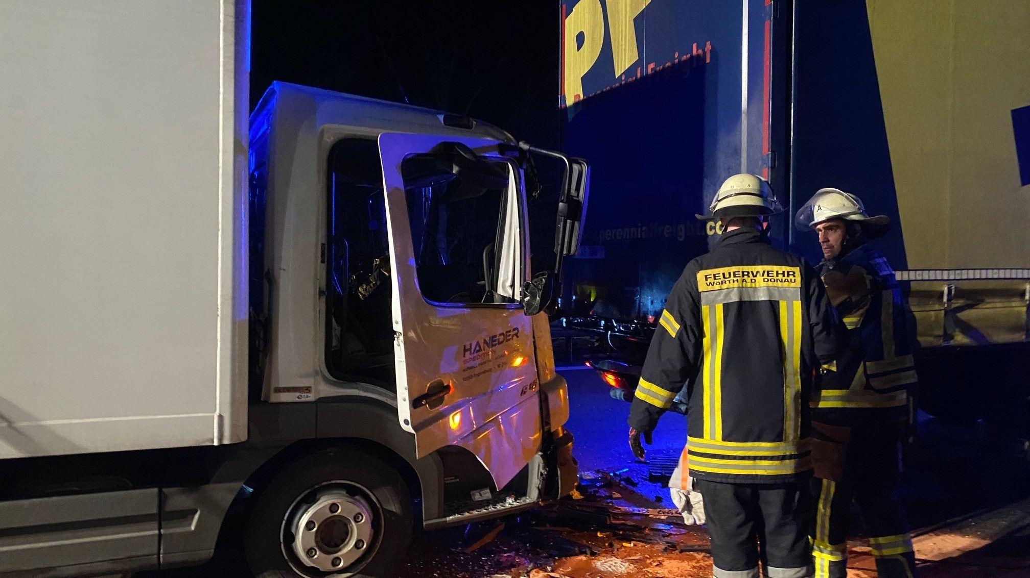 Die Feuerwehr musste den eingeklemmten Beifahrer aus dem demolierten Führerhaus holen