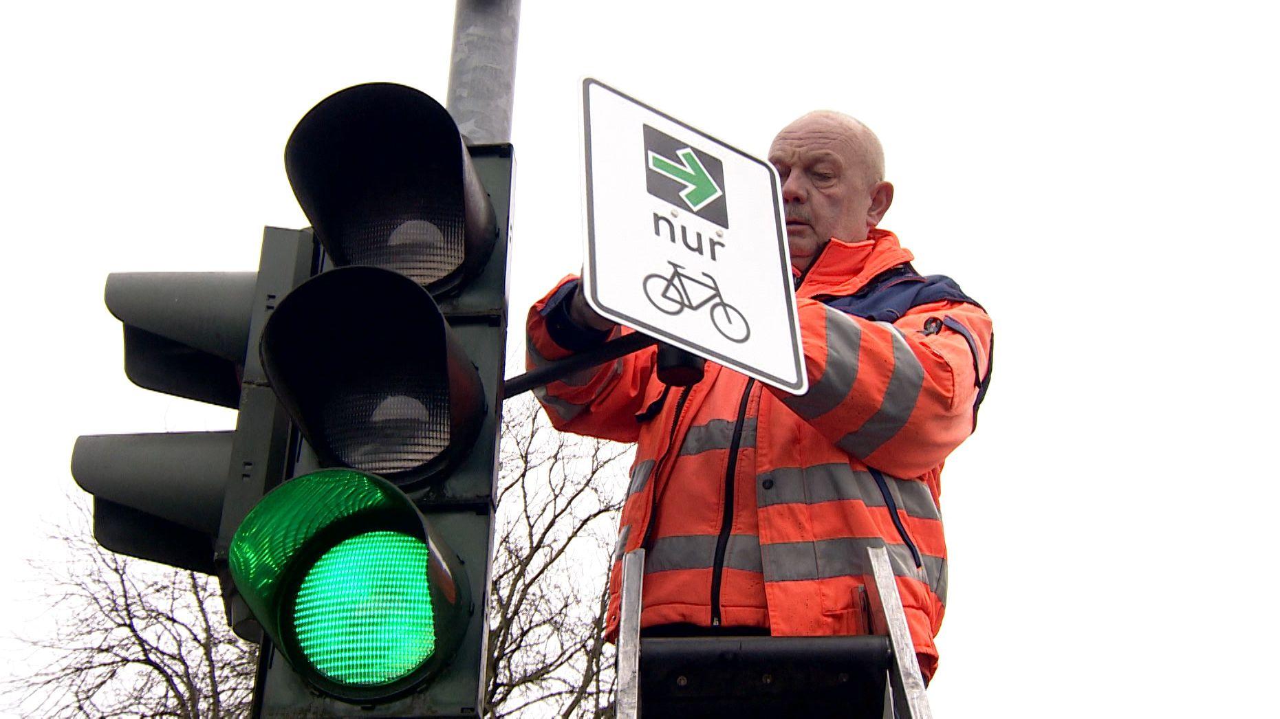 Grüner Pfeil für Radfahrer wird montiert