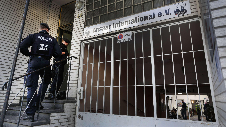 Polizisten vor dem Eingang des Ansaar International Vereins in Düsseldorf