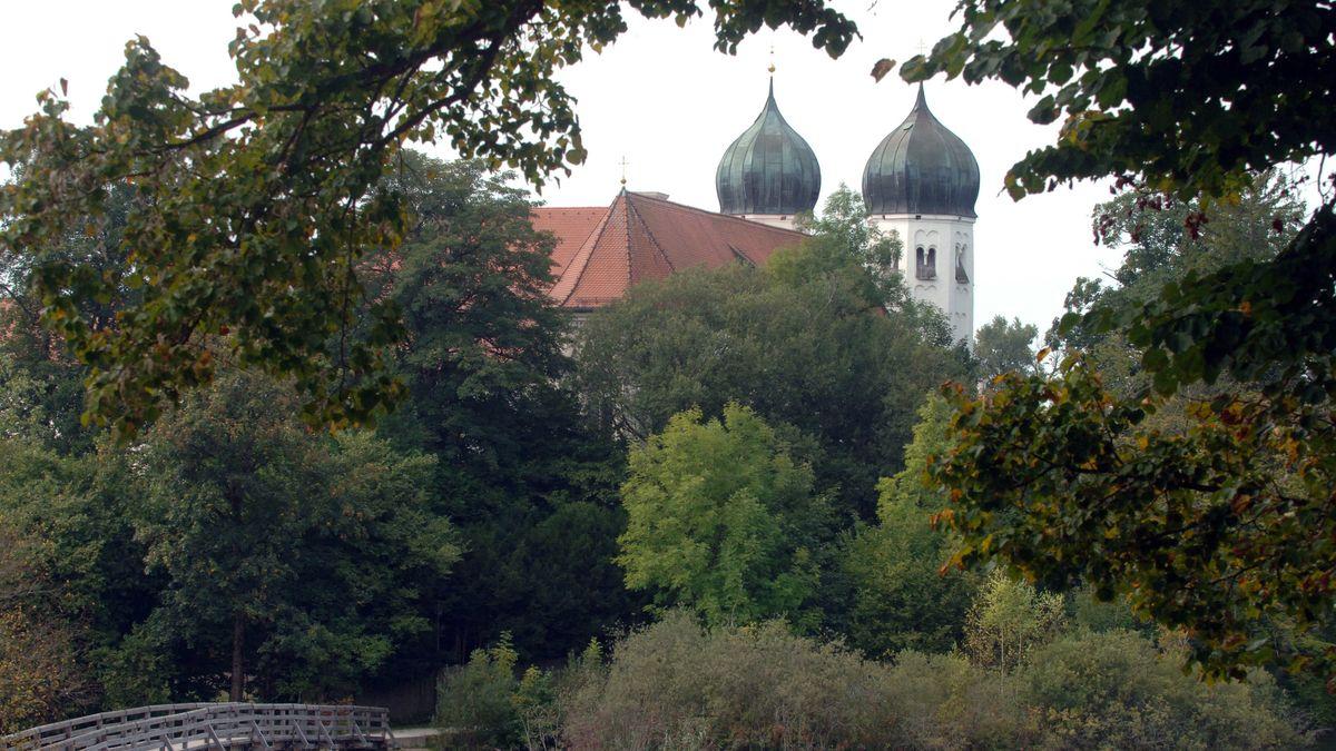 Die Zwiebeltürme des Klosters Seeon im Chiemgau ragen aus den umgebenden Bäumen heraus.