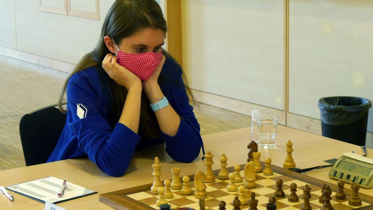 Jana bei einem Schach-Match während der Meisterschaften