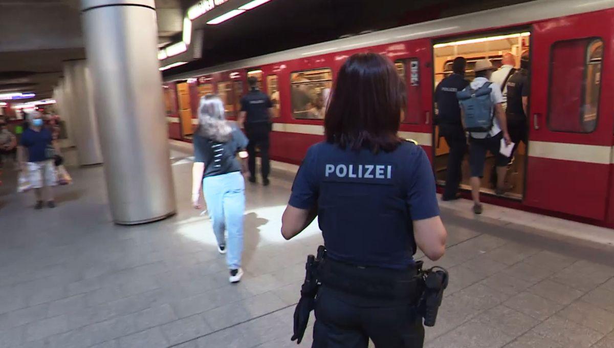 Einsatzkräfte in der Nürnberger U-Bahn