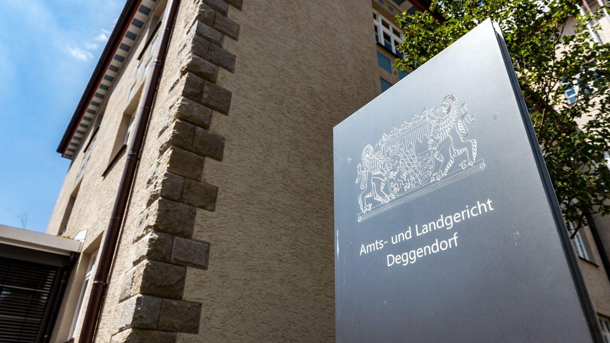 """Ein Schild mit der Aufschrift """"Amts- und Landgericht Deggendorf"""" und dem bayerischen Wappen steht vor dem Gerichtsgebäude in Deggendorf"""