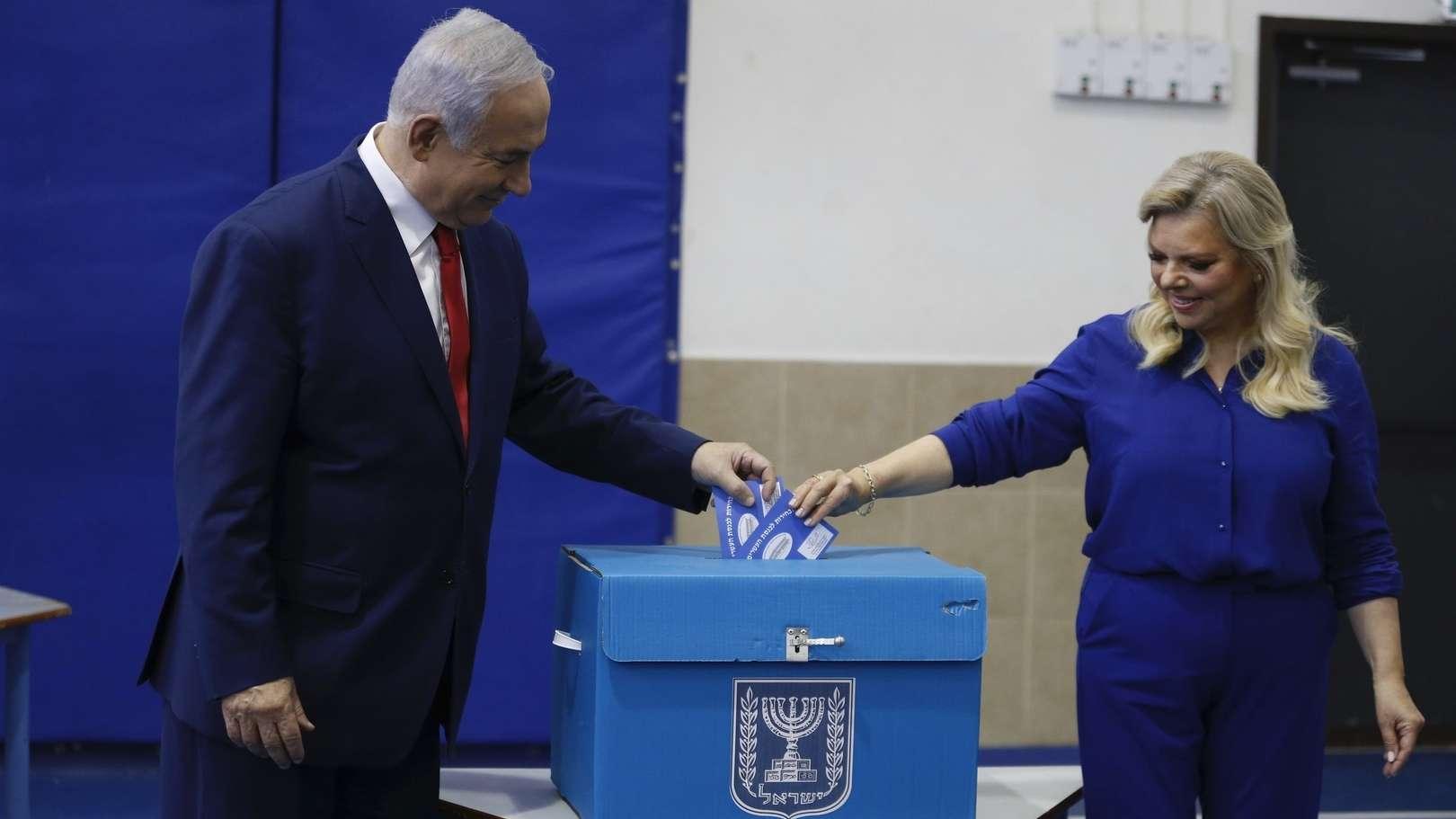 Der israelische Ministerpräsident Benjamin Netanjahu und seine Frau Sara bei der Stimmabgabe in Jerusalem.