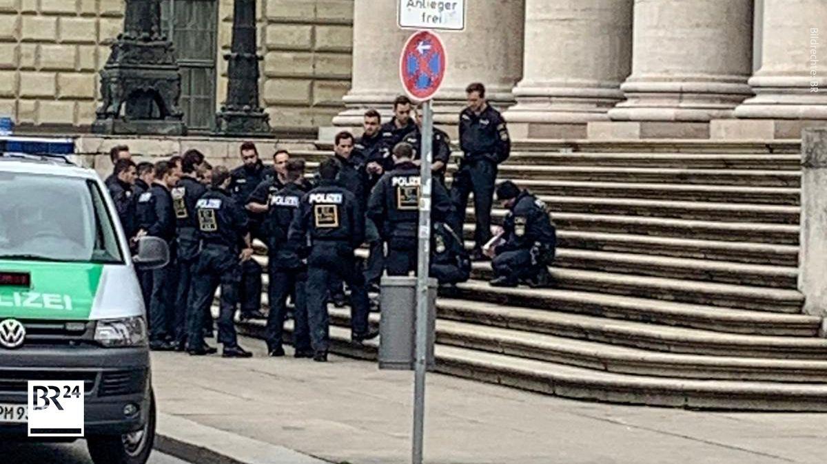 Ein Foto zeigt Polizisten vor der Oper in München am 2. Mai