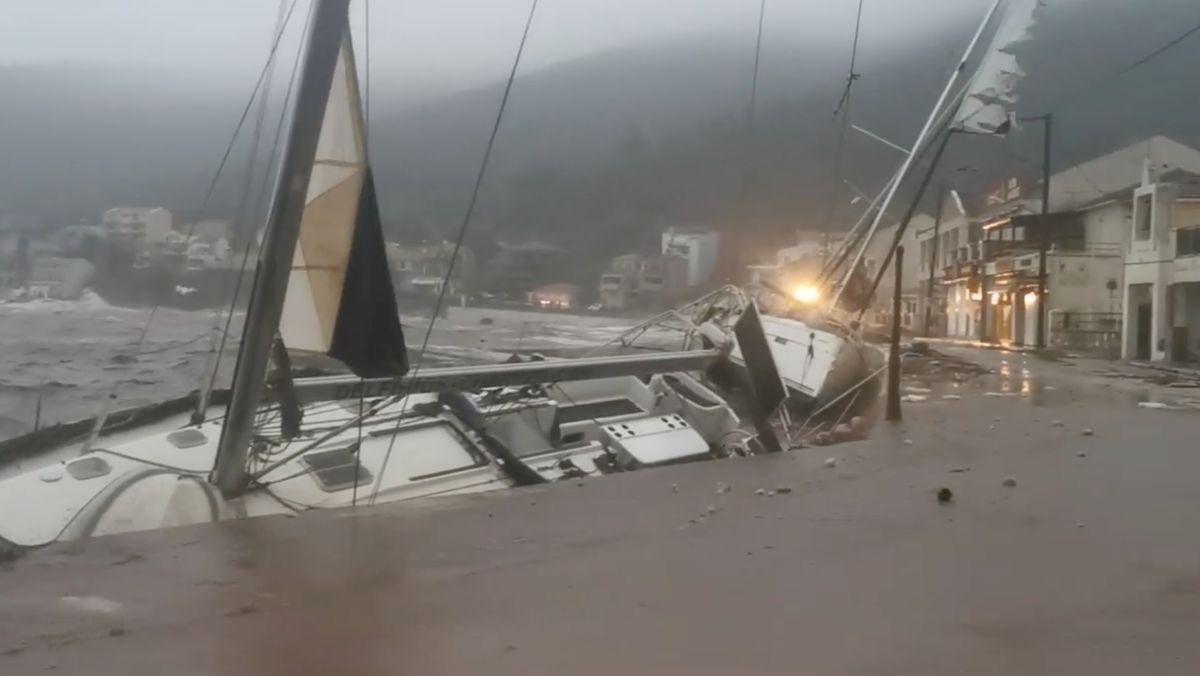Beschädigte Yacht im Hafen von Agia Efimia, Kefalonia