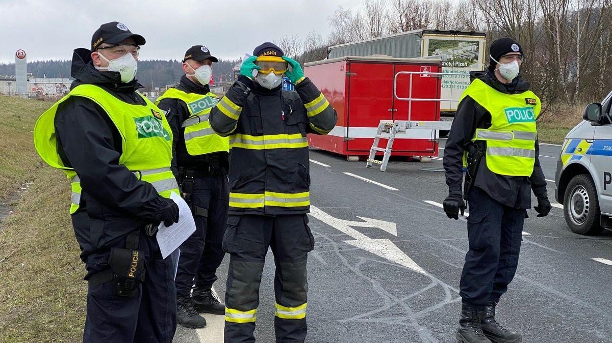 Tschechische Beamte kontrollieren stichprobenartig Einreisende auf den Coronavirus.