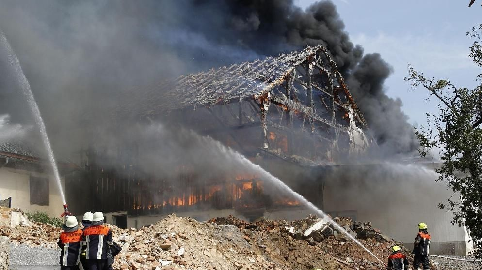Feuerwehrleute im Einsatz beim Brand eines landwirtschaftlichen Anwesens in Thyrnau im Landkreis Passau