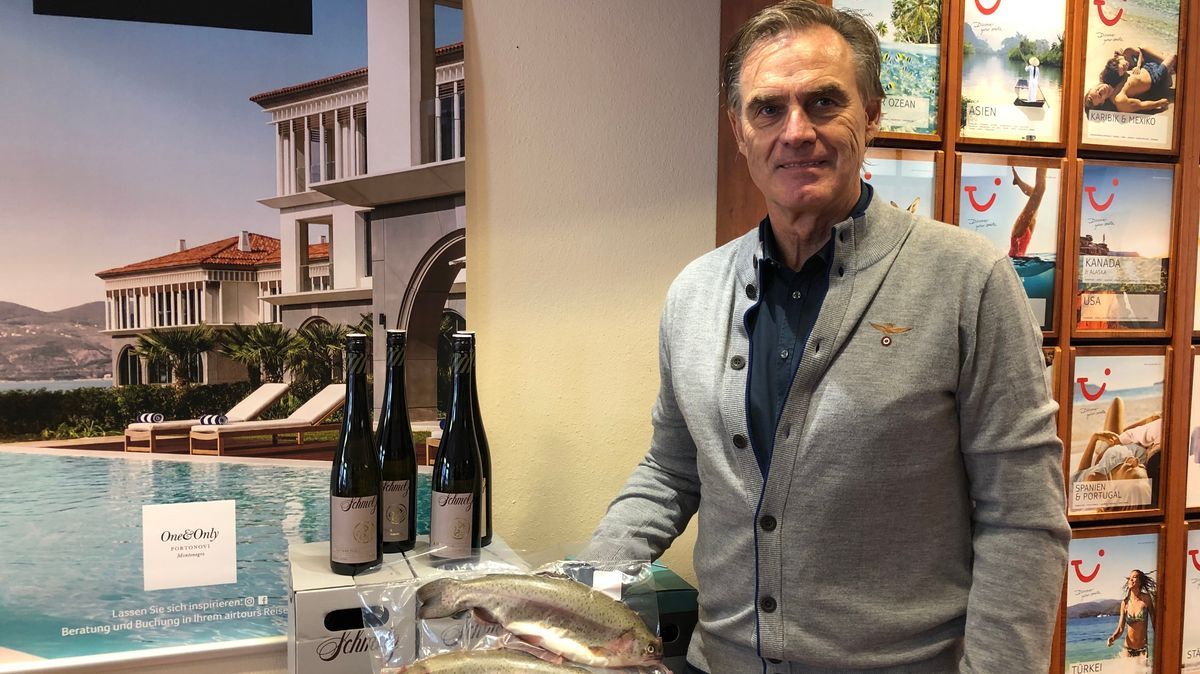 Hans Götschl präsentiert vakuumierten Räucherfisch