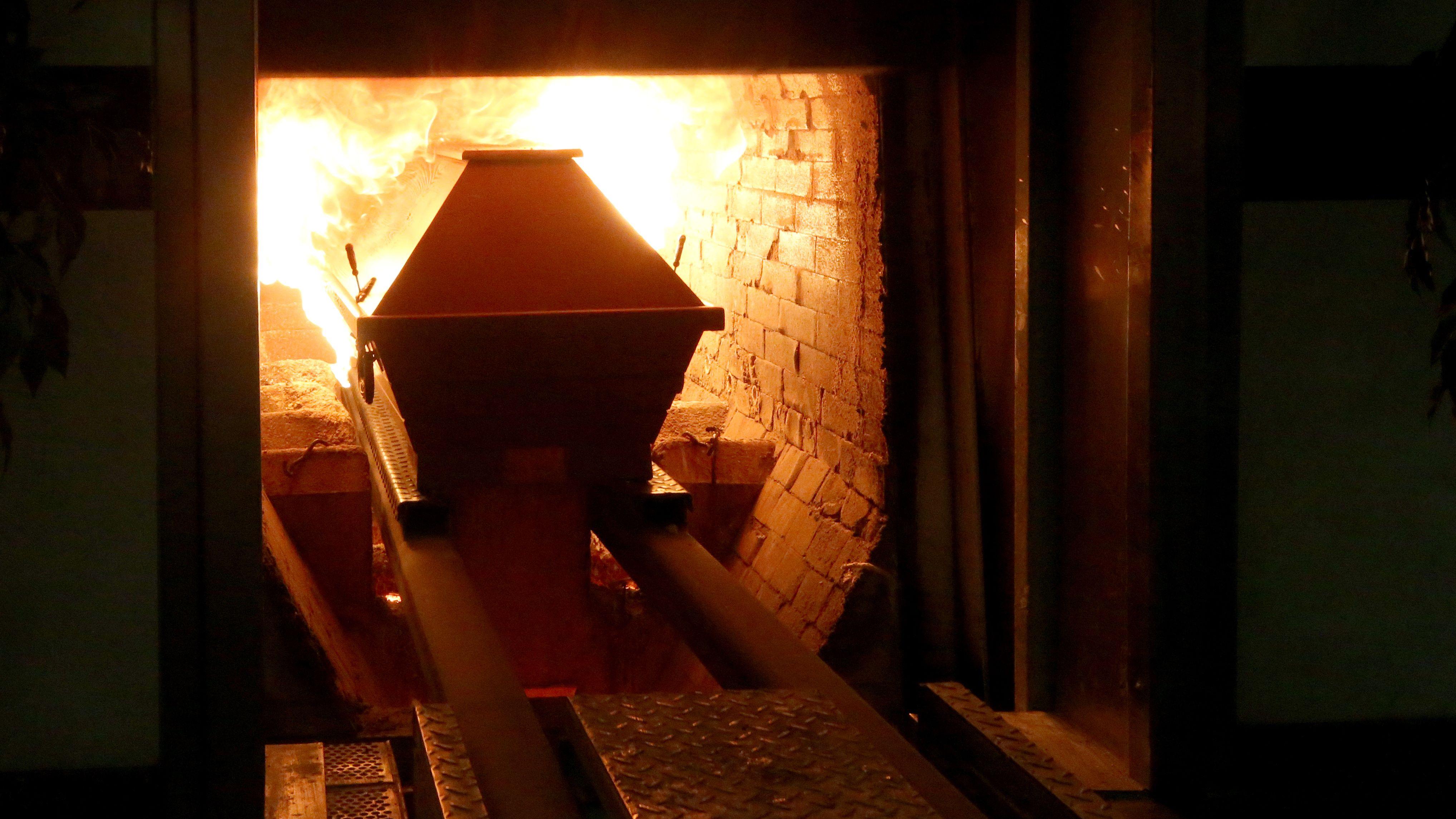 Feuerbestattung: Ein Sarg wird in den Krematoriumsofen geschoben