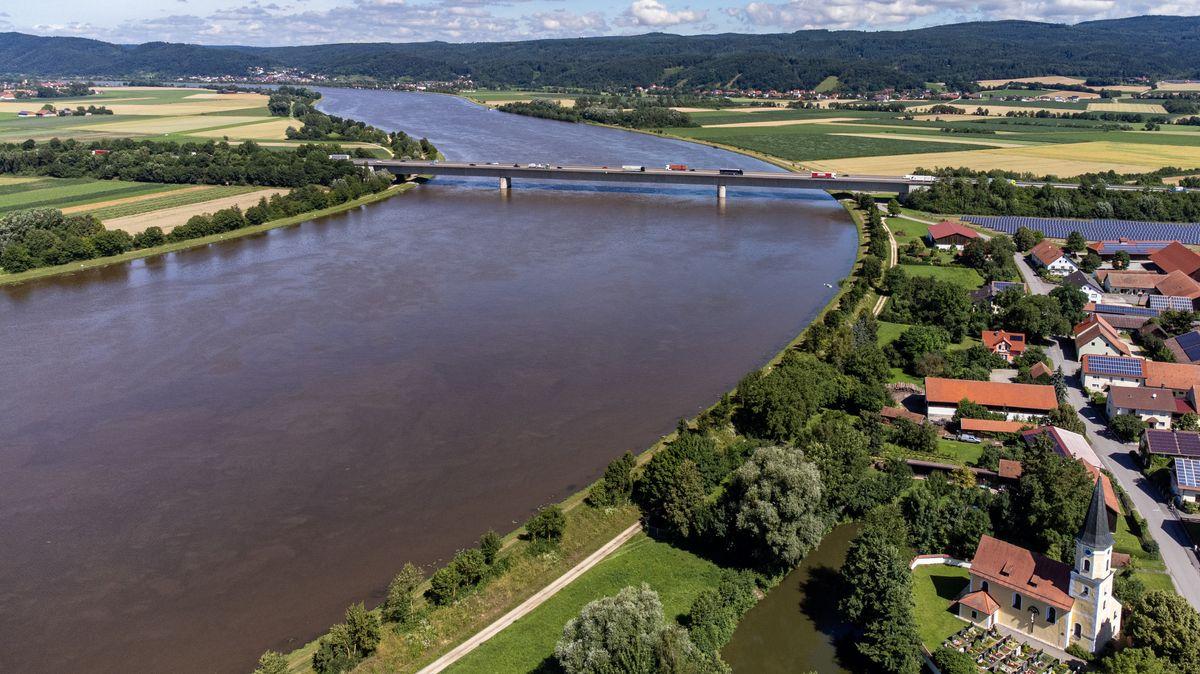 Im Westen die Donau, im Norden die Autobahn und im Osten bald schon ein Polderdamm. Die Bewohner des kleinen Orts Kiefenholz wehren sich.