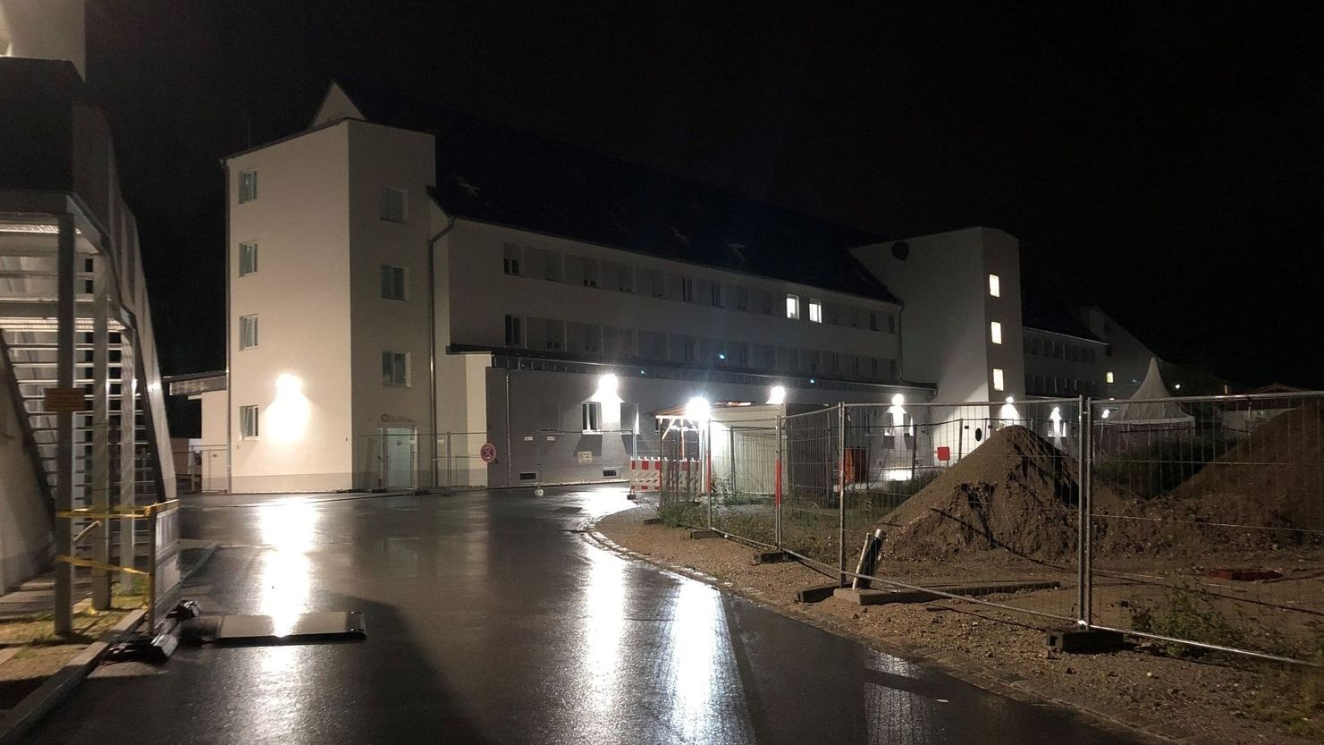 Im Sommer 2019 wurden Polizei und Rettungsdienst zu einem Großeinsatz ins Ankerzentrum Deggendorf gerufen.
