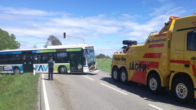 Bus bleibt beim Umfahren einer Unfallstelle stecken