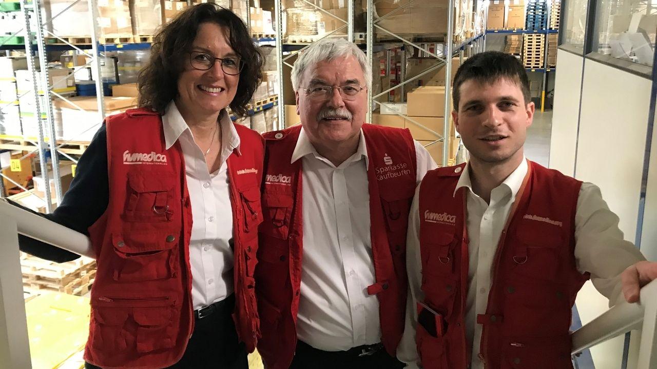 Johannes Peter (rechts) und Heinke Rauscher werden gemeinsam die Geschäftsführung von Humedica übernehmen. In der Mitte Wolfgang Groß, der bisherige Geschäftsführer.