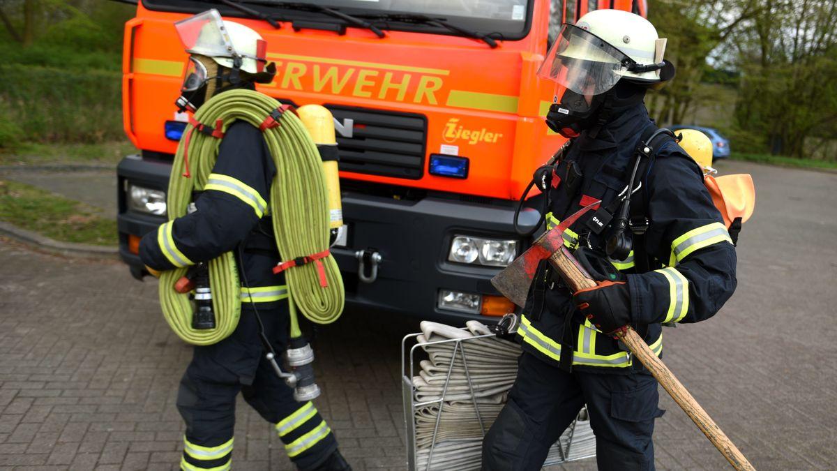 Feuerwehrmänner mit Atemschutz (Symbolbild)
