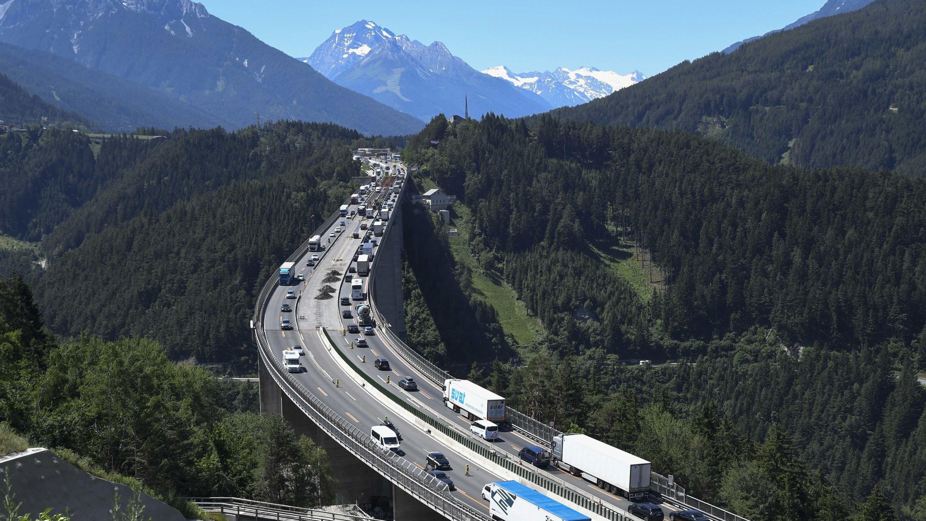 Stau auf der Europabrücke. Die Fahrverbote in Tirol haben am Samstag nach Polizeiangeben keine Probleme im Urlaubsverkehr verursacht.