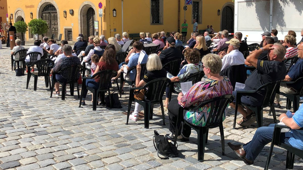 Menschen sitzen mit Abstand auf dem Weinmarkt in Dinkelsbühl.