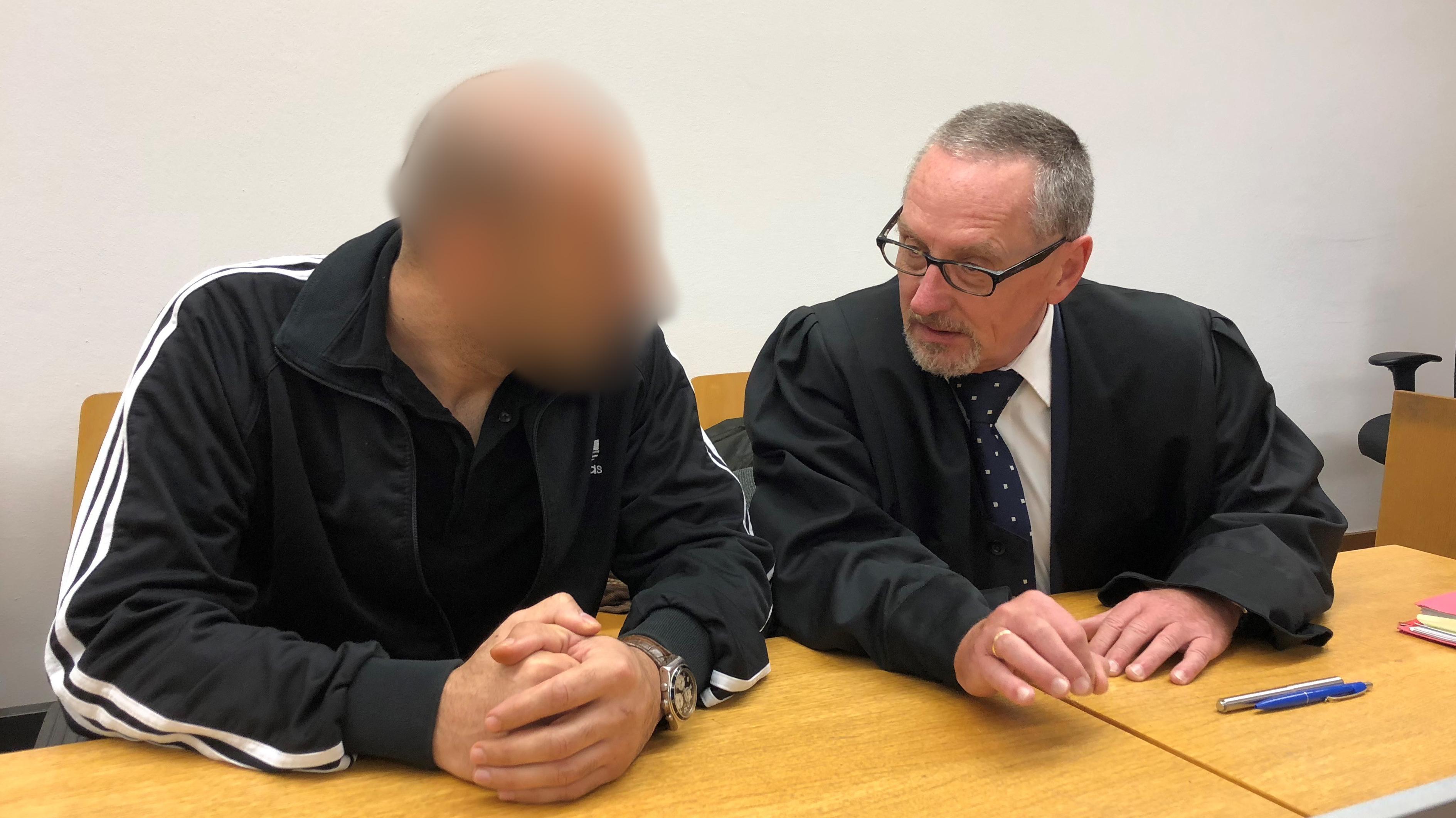 Der Angeklagte mit seinem Anwalt bei Gericht in Landshut.