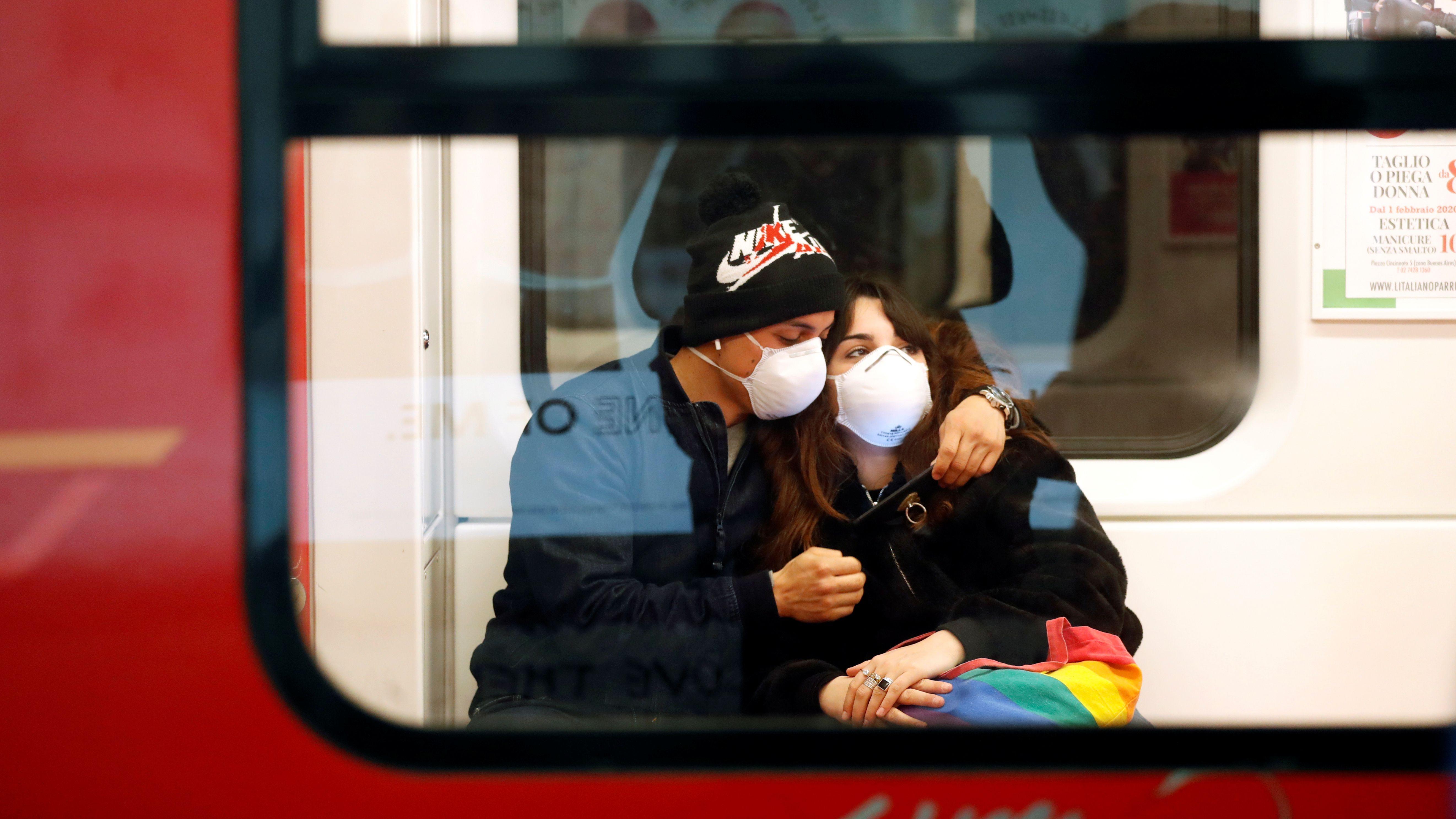 Paar in der U-Bahn in Mailand