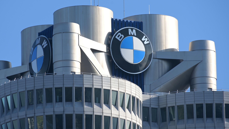 Das BMW-Logo auf dem Firmensitz des Automobilherstellers BMW