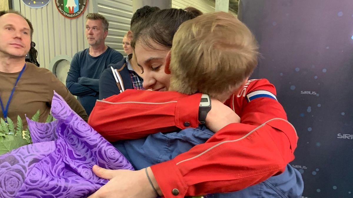 Die Kosmonautin Darja Schidowa begrüßt nach vier Monaten Isolation ihren Freund