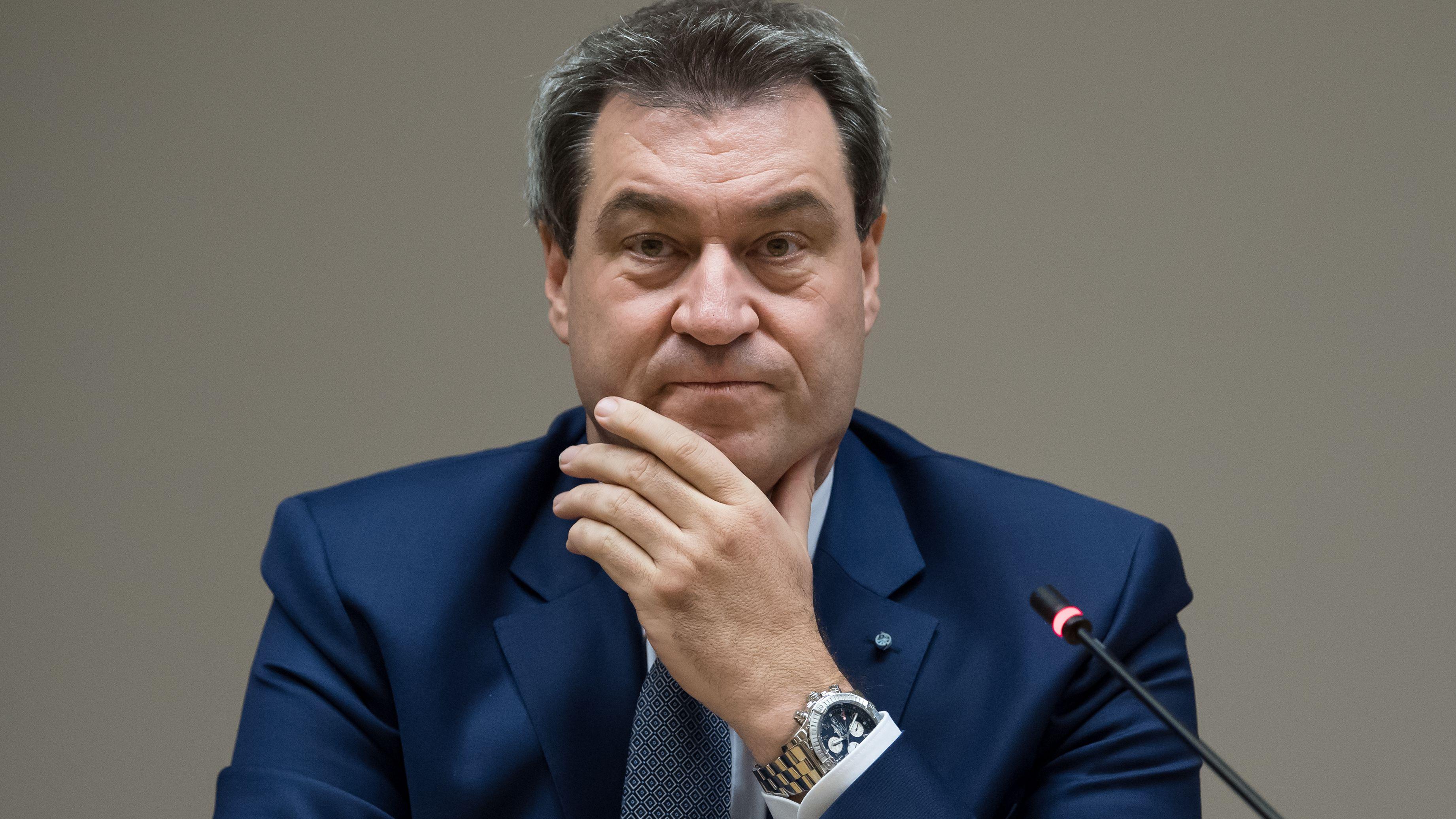 Nahaufnahme: Markus Söder schaut skeptisch, die Hand am Kinn.