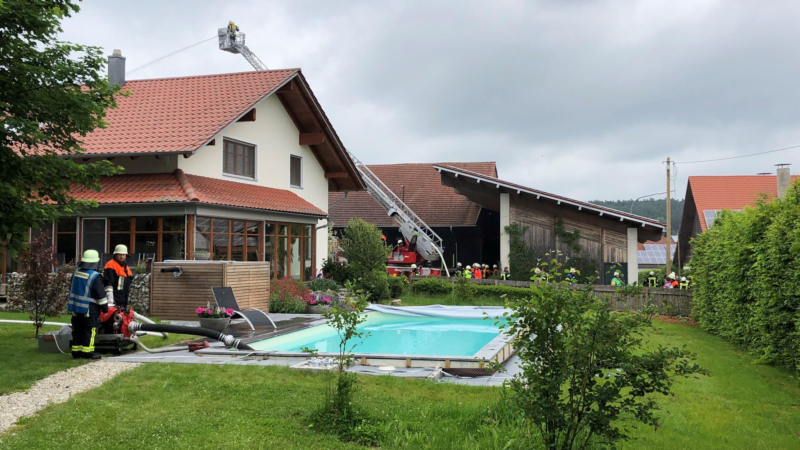 Ein Swimmingpool musste als Löschwasserquelle genutzt werden