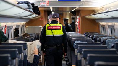Sicherheitsmitarbeiter der Deutsche Bahn kontrollieren zusammen mit Polizisten der Bundespolizei die Einhaltung der Maskenpflicht in einem ICE.