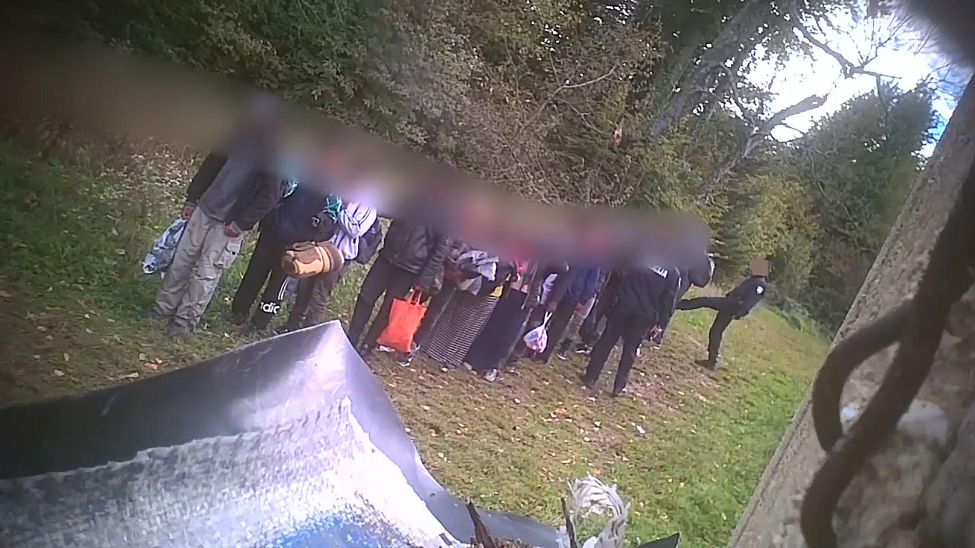 Die Aufnahmen, die die NGO Border Violence Monitoring der ARD und anderen Medien zur Verfügung und Überprüfung gestellt hat, sind im Zeitraum von zwölf Tagen im September und Oktober entstanden. In diesem Zeitraum wurden mindestens 368 Menschen, darunter auch Frauen und Kinder, von verschiedenen bewaffneten Einheiten der kroatischen Polizei in Richtung Bosnien begleitet.