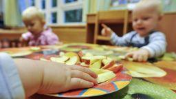 Kinder sitzen in einer Kinderkrippe am Tisch und essen. | Bild:Symbolfoto: picture alliance/Herbert Neubauer