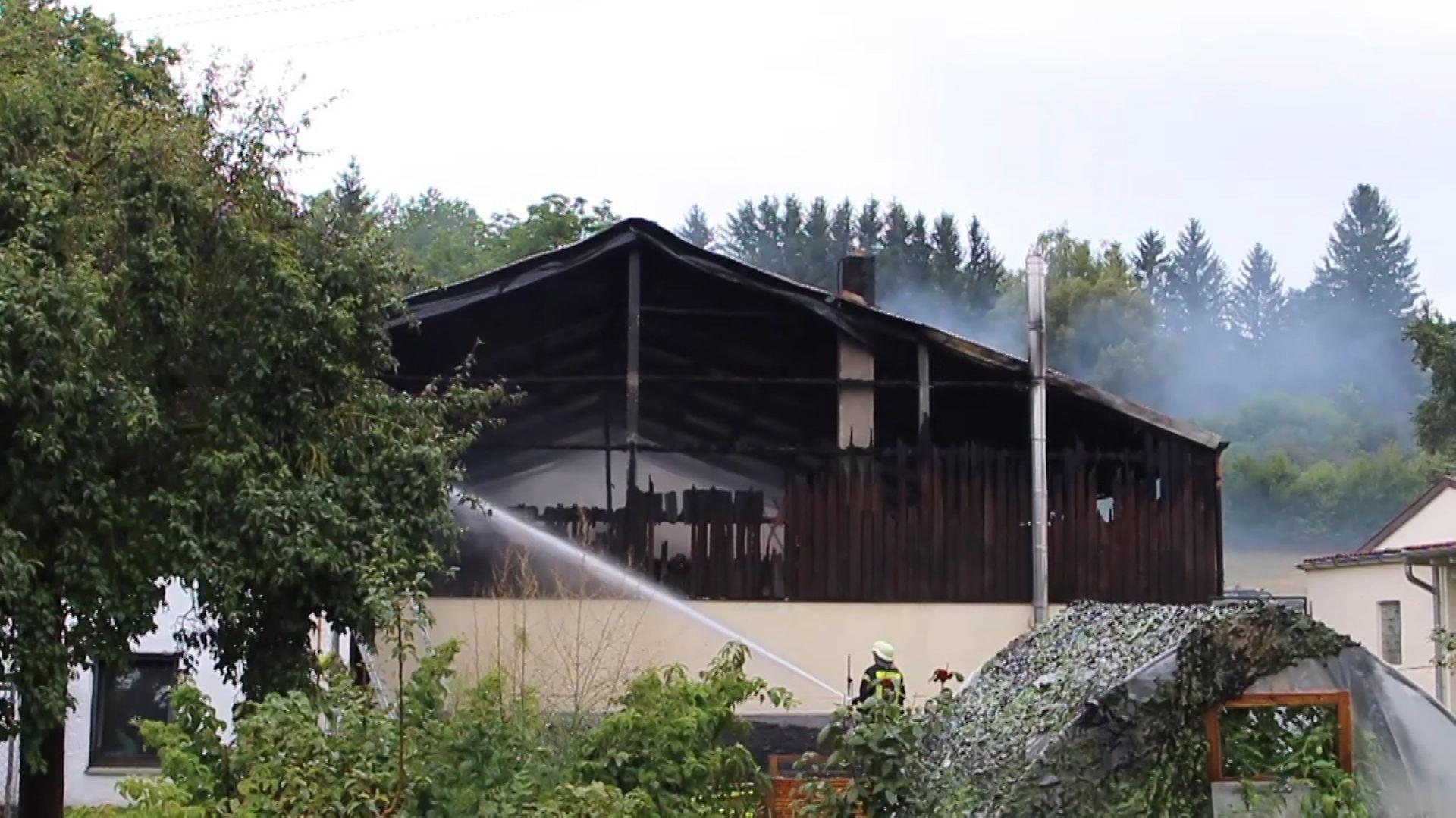 Beim Brand einer Maschinenhalle im Aindlinger Ortsteil Hausen ist am Satag ein Sachschaden von einer Million Euro entstanden. Verletzt wurde niemand.