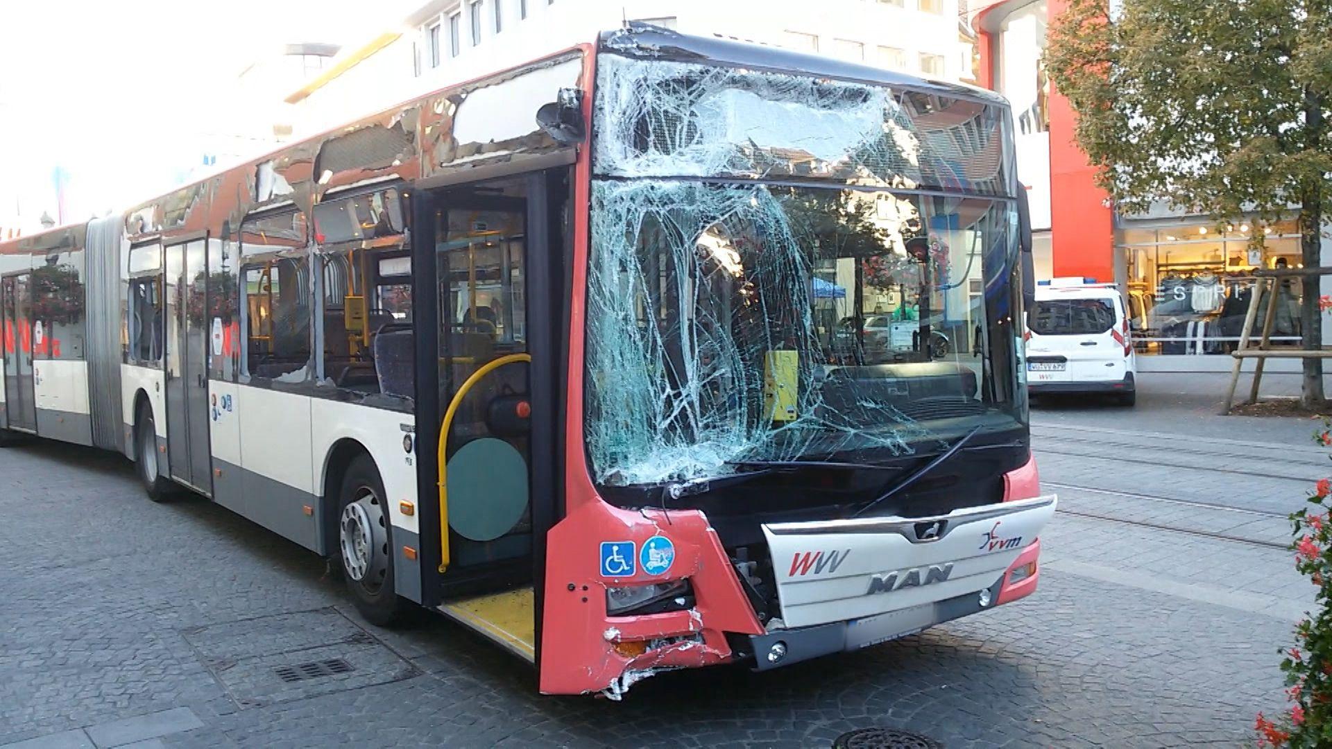 Bus mit zerborstenen Scheiben in der Innenstadt von Würzburg