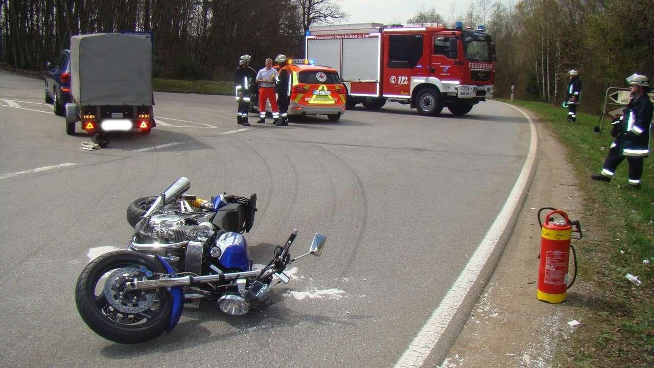 Das Motorrad am Unfallort mit Absperrung