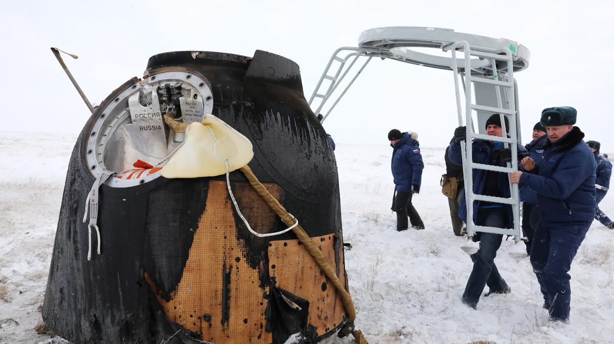Ein Gestell wird zur Sojus-Raumkapsel getragen, nachdem die Landekapsel am 20. Dezember 2018 in Kasachstan aufsetzte. Mit an Bord der Sojus ist der deutsche Astronaut Alexander Gerst, der über ein halbes Jahr auf der ISS verbrachte.