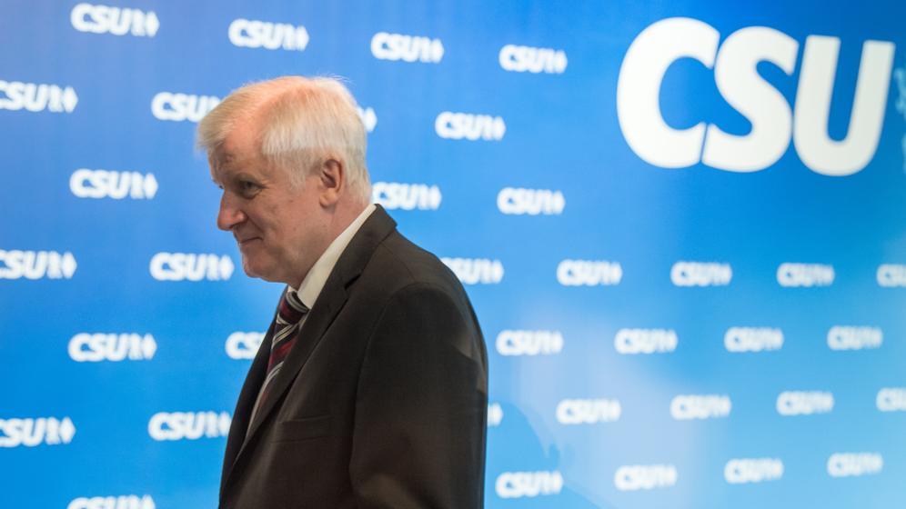 Nach mehr als zehn Jahren als CSU-Chef macht Horst Seehofer den Weg frei für Markus Söder - und verzichtet auf eine Abrechnung mit Kritikern. | Bild:picture alliance/Peter Kneffel/dpa