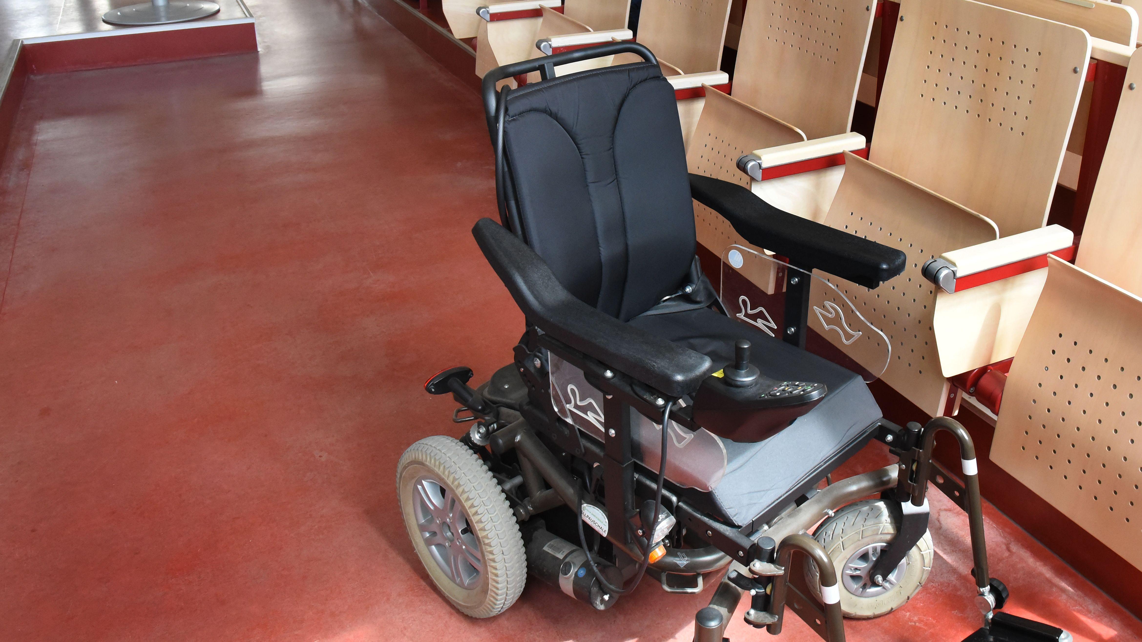 Ein Rollstuhl in einem Hörsaal.