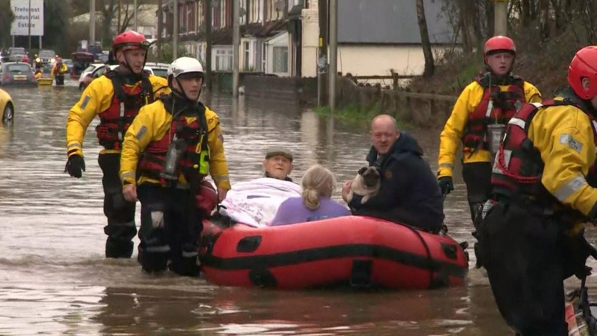 """Sturm """"Dennis"""" hat auf Teile Großbritanniens so viel Regen niedergehen lassen wie gewöhnlich in mehreren Wochen fällt"""