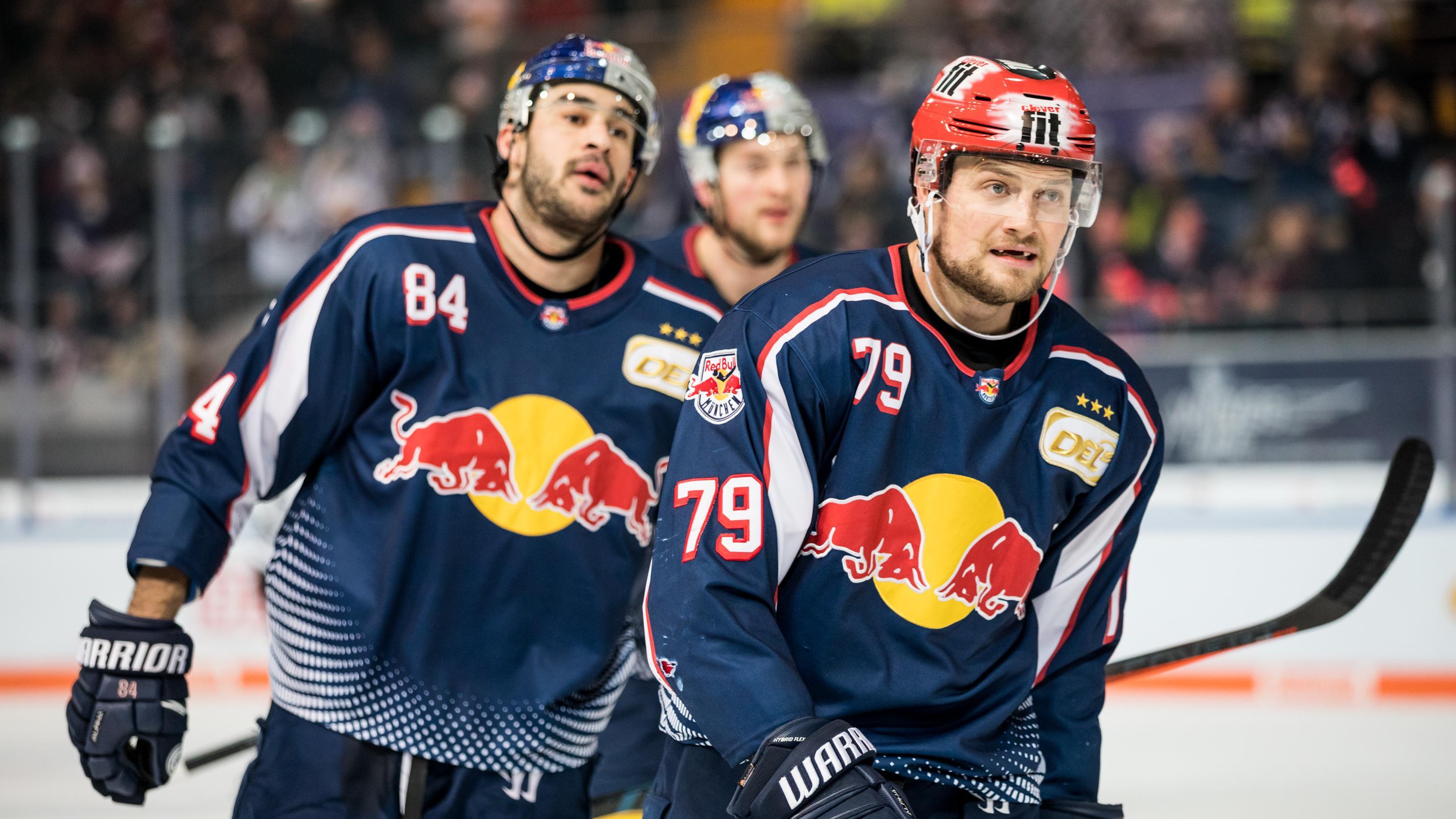 Die Eishockeyspieler John Mitchell (79) und Trevor Parkes (84) vom EHC Red Bull München