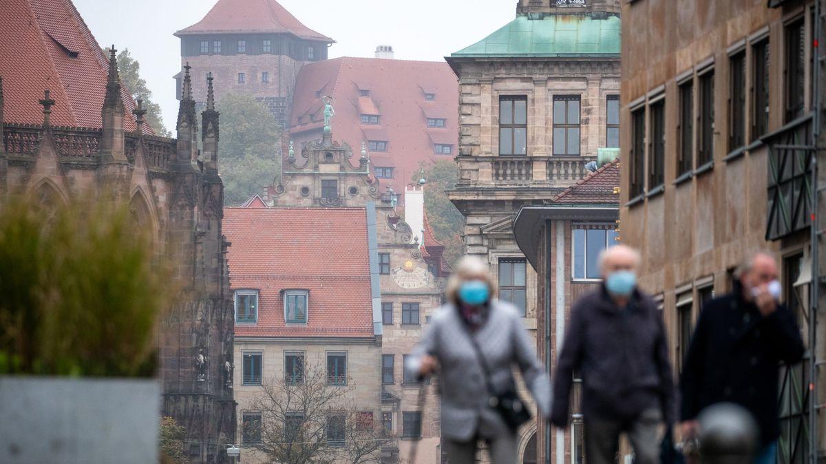 Menschen mit Maske in Nürnberger Innenstadt.