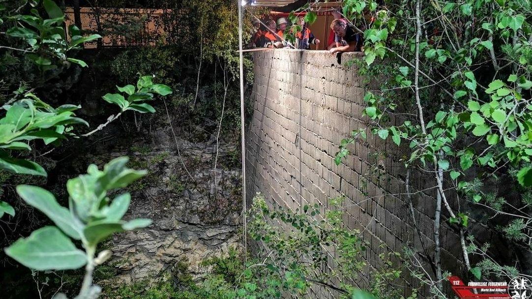 Über diese Mauer sprang der Rettungshund rund sechs Meter in die Tiefe.