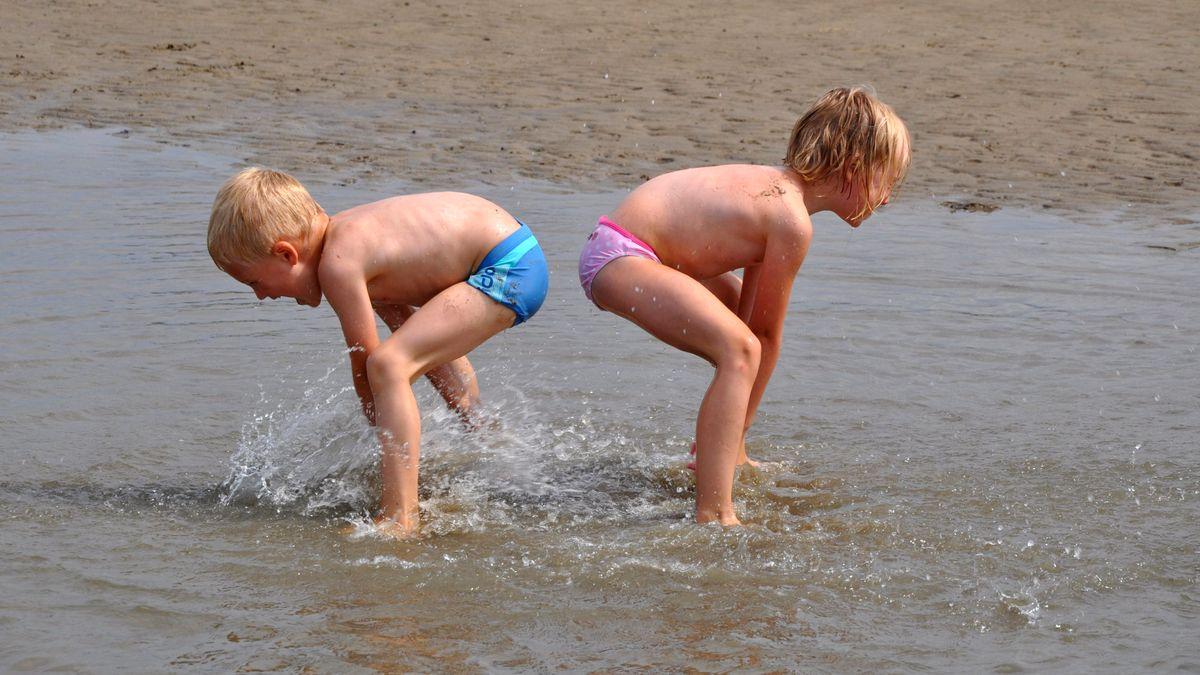 Zwei Kinder am Strand