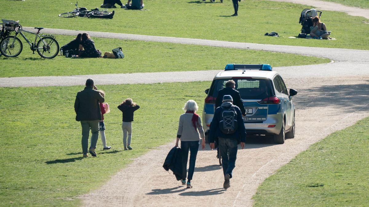 Streifenwagen im Park (Symbolbild)