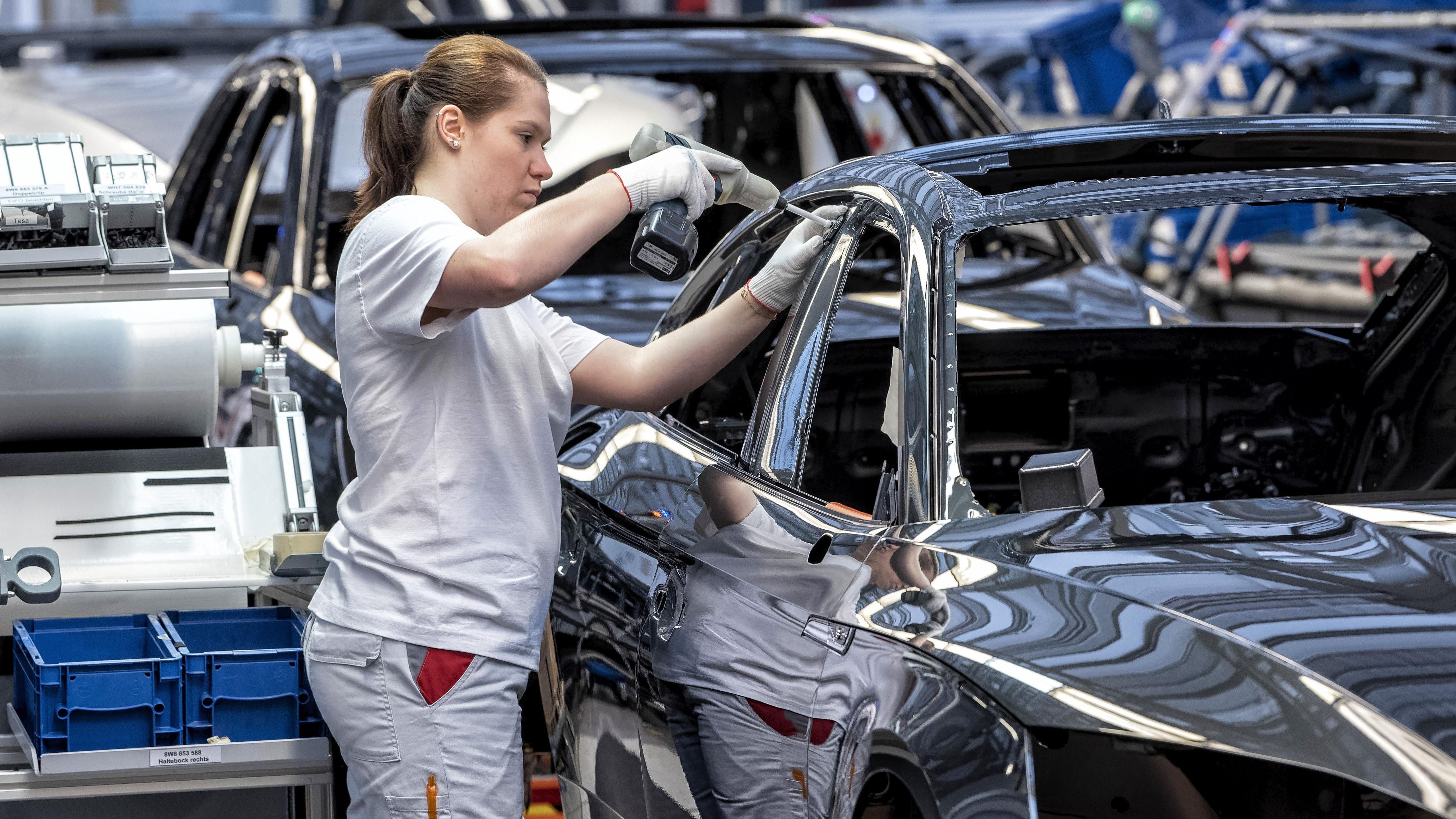 Montagelinie bei Audi im Werk in Ingolstadt.