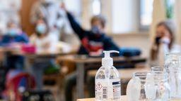 Schüler neben einer Teststation   Bild:picture alliance